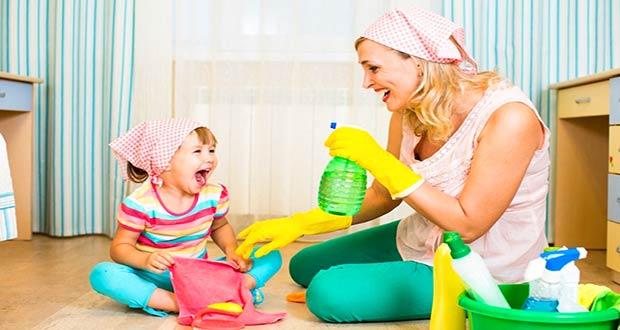 Мама с маленькой дочкой убирают в доме