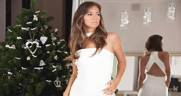 Девушка в белом платье возле ёлки