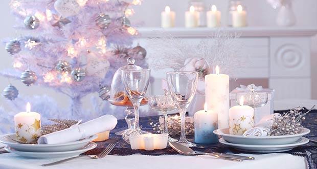 Новогодний стол в бело-серебристых цветах