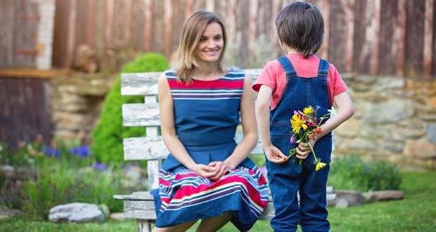 Сын поздравляет свою маму с праздником
