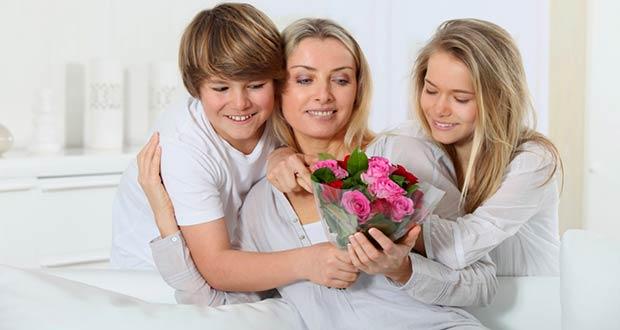 Дети подарили своей мамочке красивые цветы