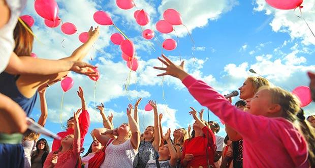 Молодые люди отпускают шарики в небо