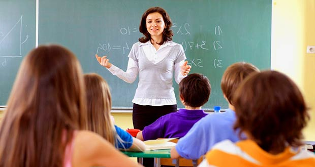 Преподаватель учит детей в школе