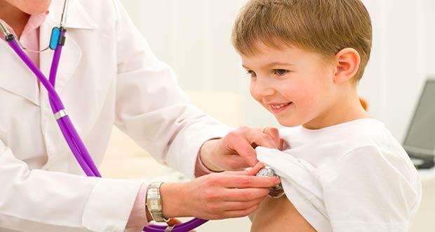 Здоровый мальчик на приеме у врача
