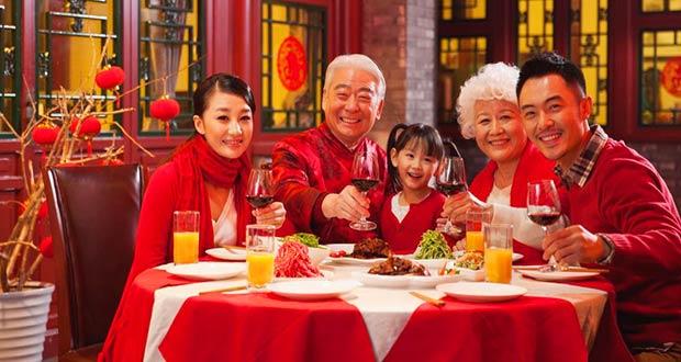 Праздничное семейное застолье китайской семьи