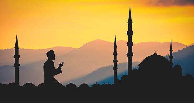 Мусульманин читает вечернюю молитву