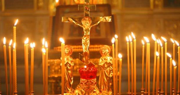 церковные свечи горят в честь всех усопших