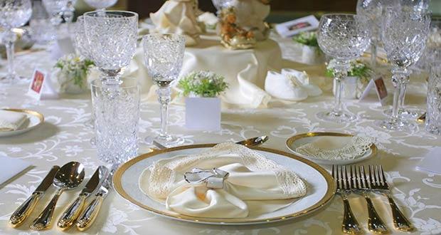 Красиво оформленный новогодний праздничный стол