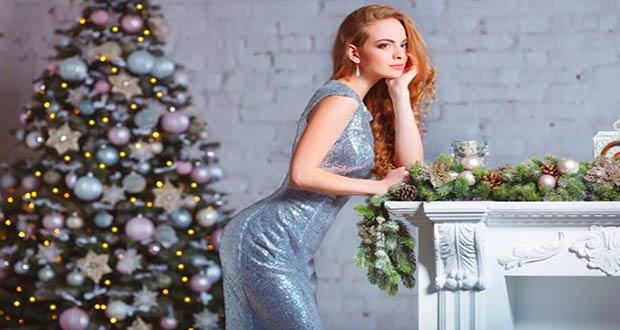 Девушка в красивом серебристом новогоднем платье