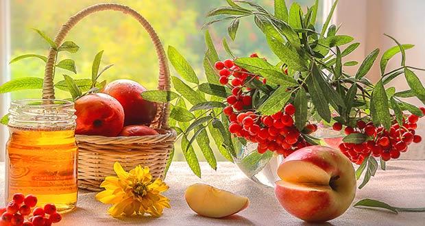 Мед с яблоками в корзинке