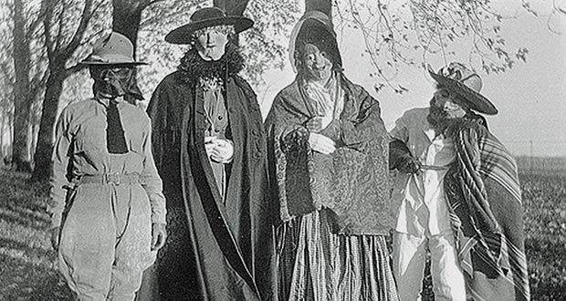 Люди в костюмах: старое фото, истоки праздника