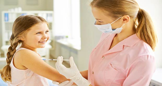 Медсестра делает девочке укол