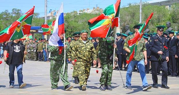 Ветераны пограничники с флагами