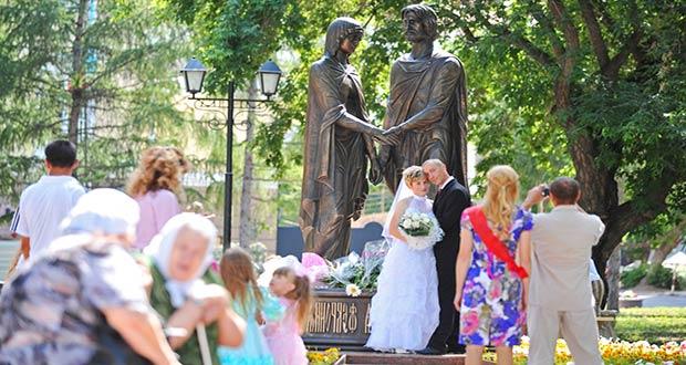 Свадьба 8 июля возле памятника Петра и Февроньи