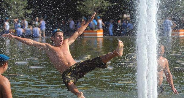 Традиционное купание десантников в фонтанах 2 августа