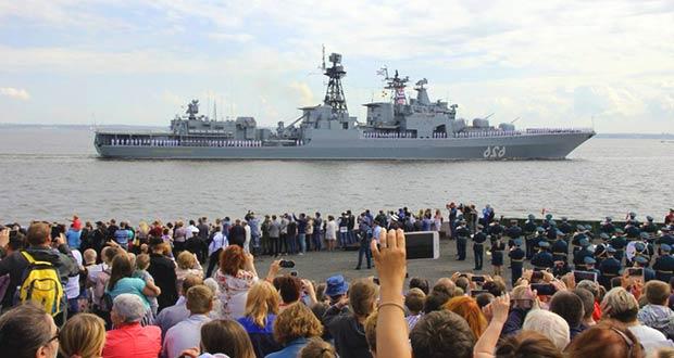 Зрители на параде Военно-Морского флота в СПБ