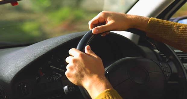 Водитель за рулём авто
