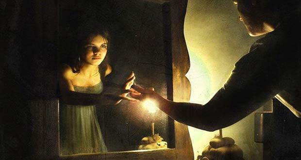 Молодая женщина стоит перед зеркалом со свечой