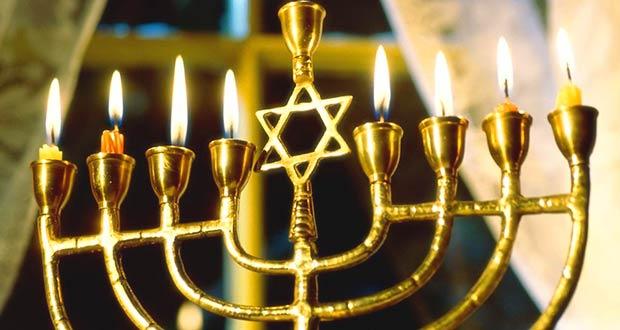 Ханукия с зажженными свечами