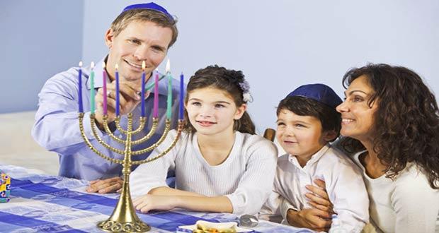 Еврейская семья за праздничным столом