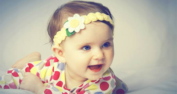 Маленькая улыбающаяся девочка