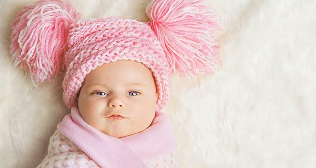 Новорожденная девочка в шапочке