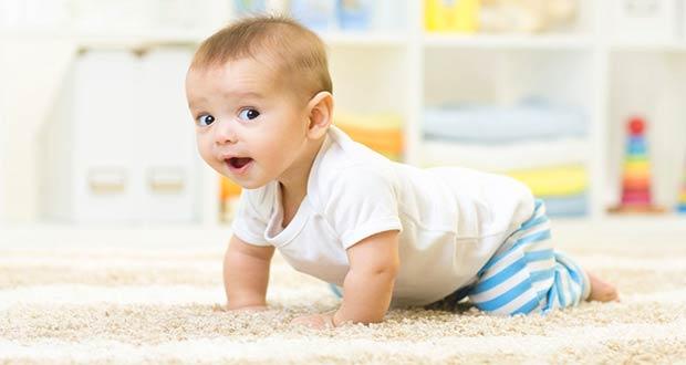 Маленький мальчик ползает по ковру