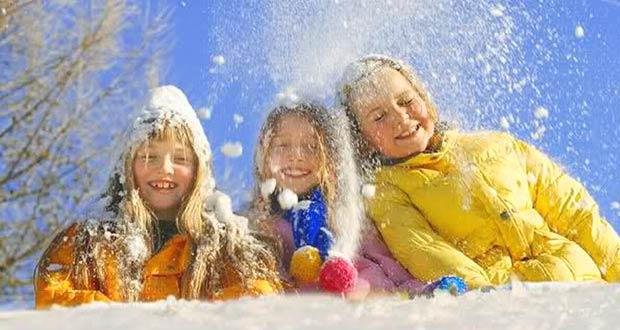 Первоклашки играются в снежки