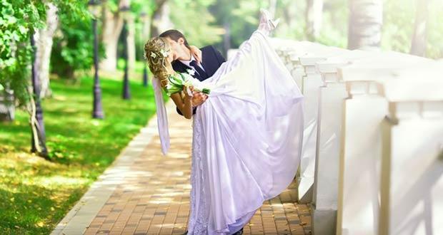 Жених и невеста на фоне красивого пейзажа