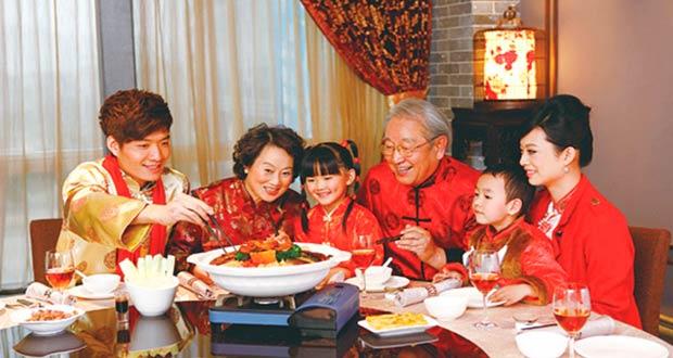 Китайская семья за столом