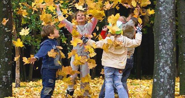 Детишки в красивом осеннем лесу