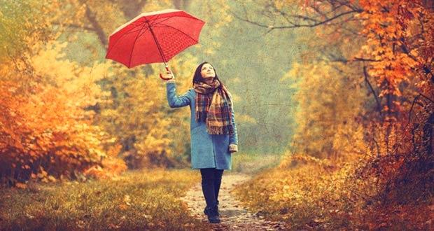 Девушка с зонтом в осеннем лесу