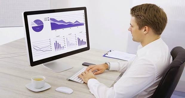 Успешный молодой финансист за компьютером