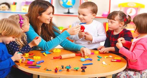 Воспитатель обучает детей