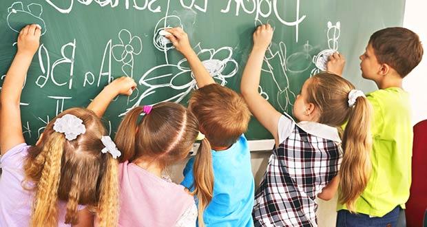 Первоклашки рисуют на доске