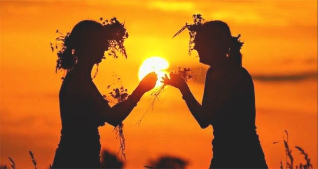 Женщины плетут венки на закате солнца