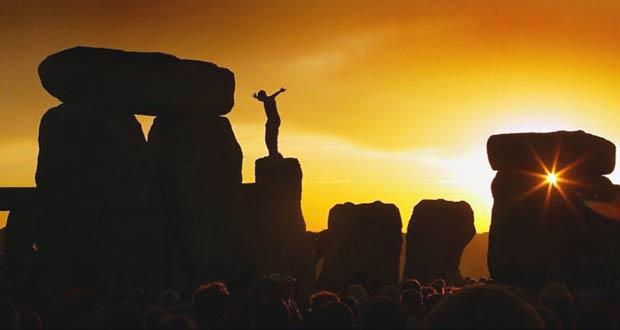 Мужчина на камнях Стоунхенджа
