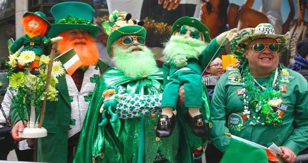Люди в зелёных костюмах