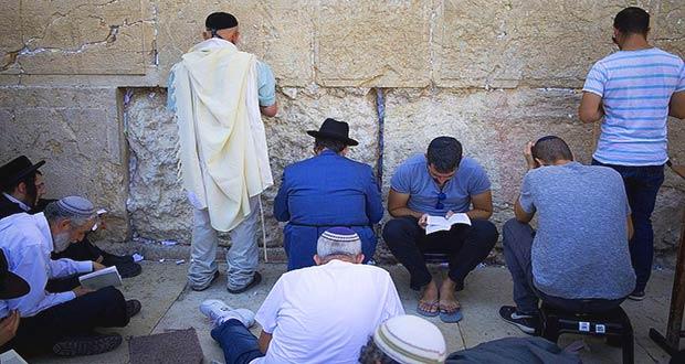 В траурный день евреи читают молитвы