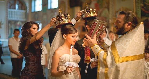 Супружеская пара венчается в храме