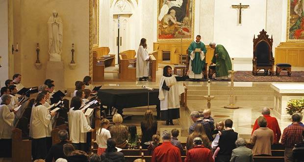 Верующие католики в храме
