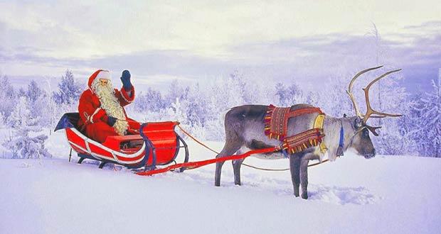 Санта Клаус на оленьей упряжке в заснеженной Финляндии