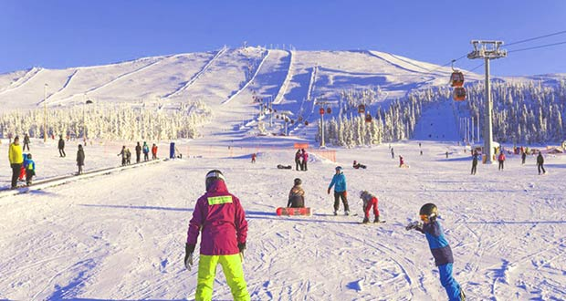 Туристы катаются на горнолыжных курортах Лапландии