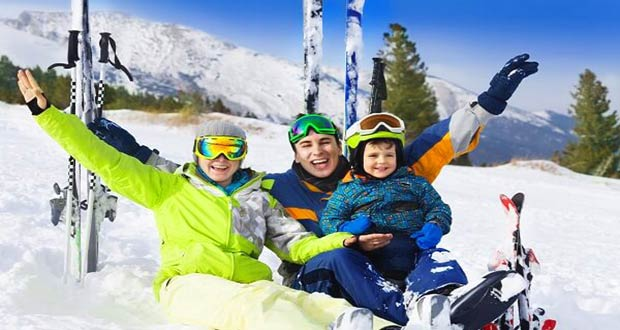 Семья на зимнем отдыхе в горах