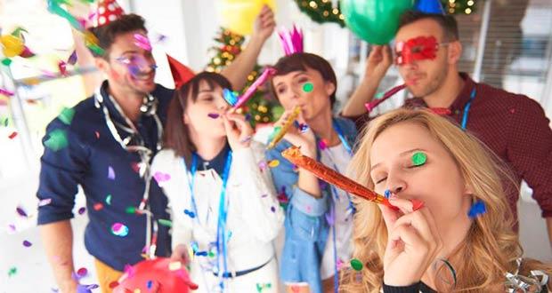 Сотрудники отмечают в офисе Новый год