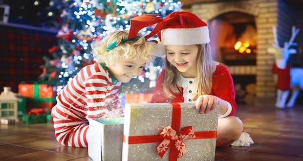 Маленькие девочки открыли подарок