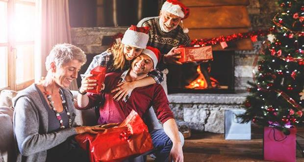 Семья обменивается подарками