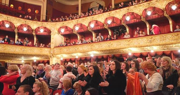 Зрители поздравляют театральных артистов