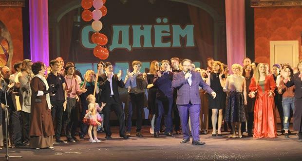 Российские артисты отмечают праздник