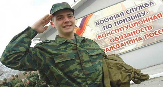 Солдат призывного возраста идет в армию России